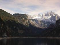 Podzim u jezera Gosausee s pohledem na Dachstein (Rakousko)